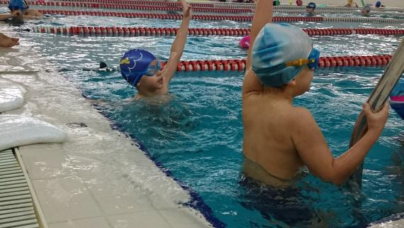 Škola plivanja za decu na kosutnjaku-polaznici koji su u grupi poluplivaca.
